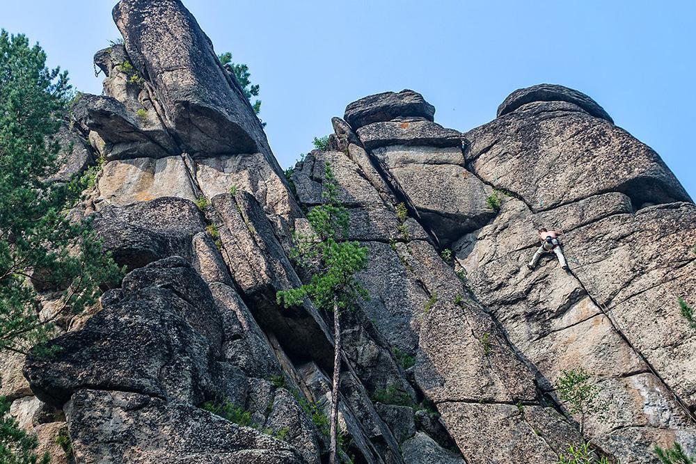 Скальник Витязь — любимое место тренировок скалолазов. Фото: Кирилл Буртасовский/ «Это Сибирь»