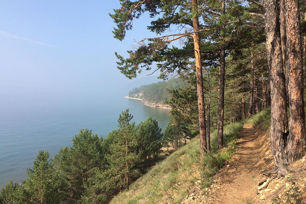 Тропа идет вдоль берега, поэтому Байкал видно на протяжении всего пути