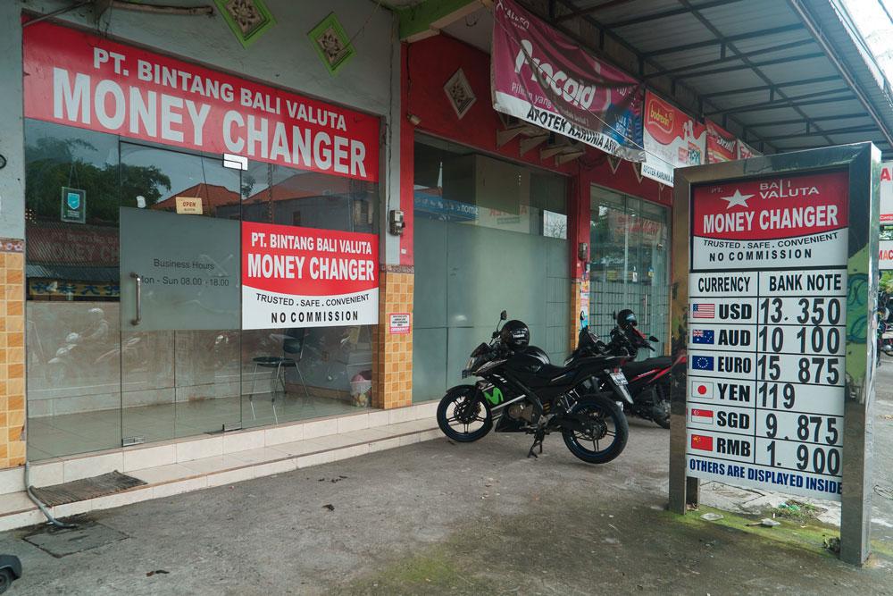Официальный обменник в отдельном помещении — здесь менять деньги можно