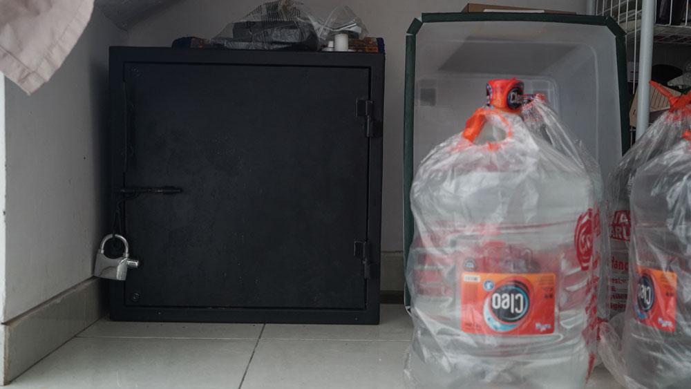 Нормальный сейф: спрятан под лестницей и прикручен к полу