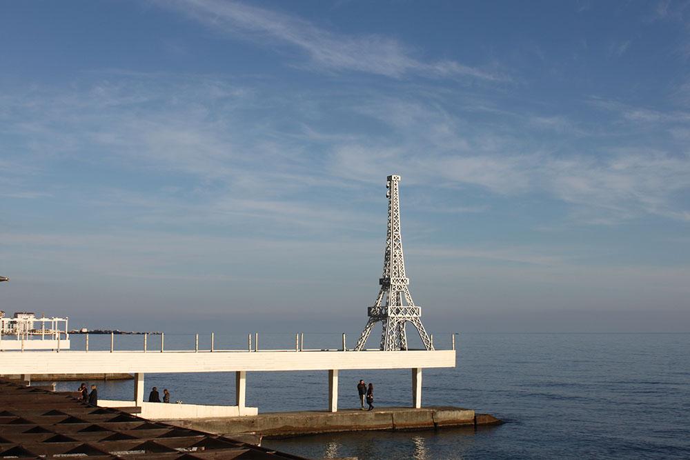 На Массандровском пляже даже есть своя Эйфелева башня. Рядом с ней все фотографируются