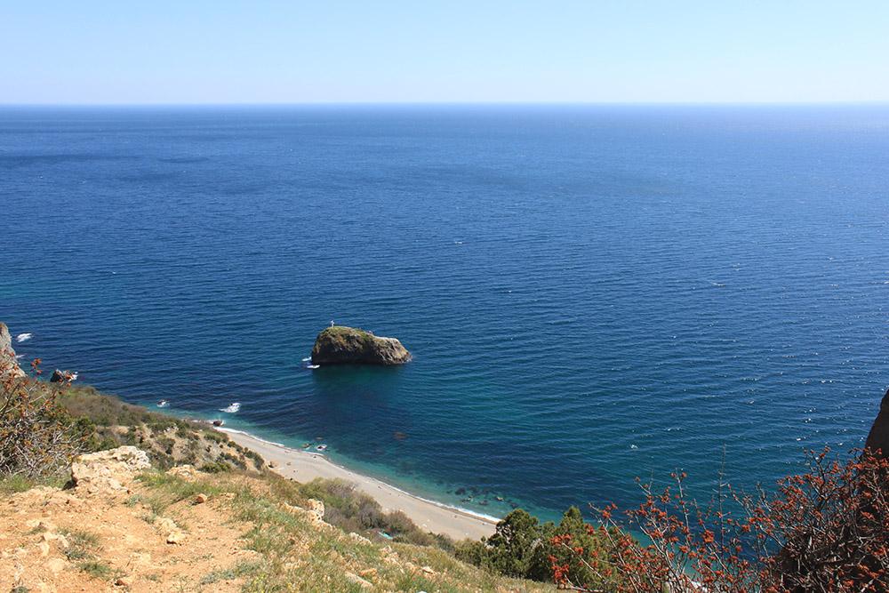 На Яшмовый пляж на Фиоленте попадают не только с моря. Есть проход со стороны поселка Фиолент, но придется преодолеть лестницу в 800 ступеней