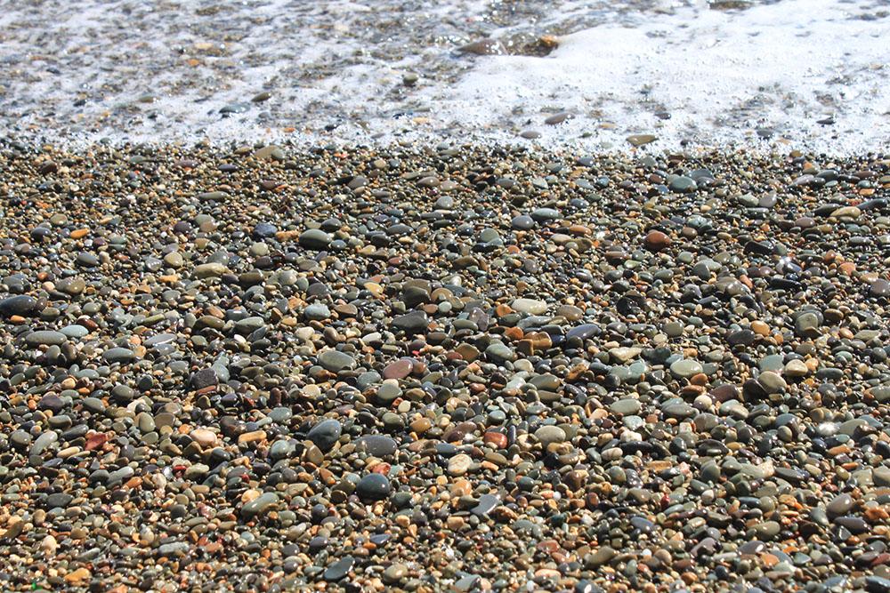 Любимое развлечение на Яшмовом пляже — искать в гальке яшму