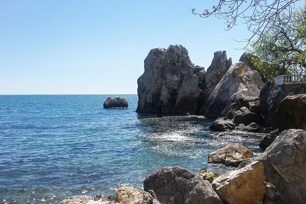 Пляж на даче Чехова — одно из самых красивых мест в Гурзуфе
