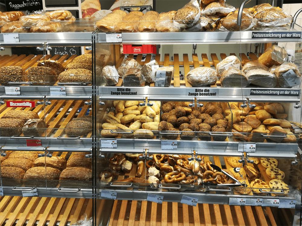Хлебная полка в обычном районном магазине