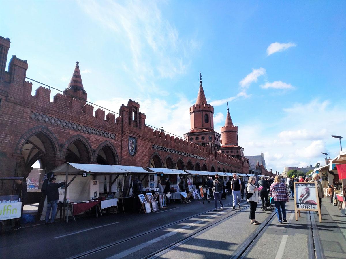 Воскресная ярмарка художников на мосту, соединяющем Кройцберг и Фридрихсхайн