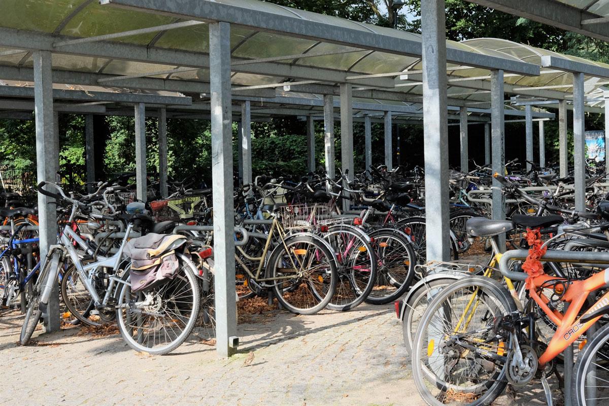 Велопарковка около одной из станций метро. Здесь можно оставить свой велосипед и поехать дальше поездом