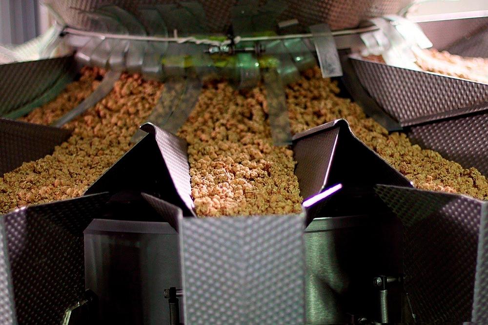 Машина фасует смесь по упаковкам, а большие гофрокороба длятранспортировки формируют люди