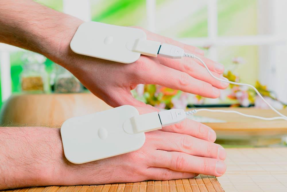 Ручные электроды длябиорезонансной терапии. Фото: Monika Wisniewska / Shutterstock