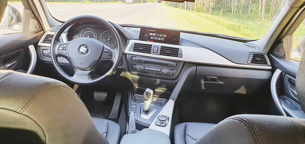 Моя БМВ сейчас. Добавил передние парктроники, хорошее головное устройство снавигацией, hands free и USB. Есть круиз-контроль и камера заднего вида