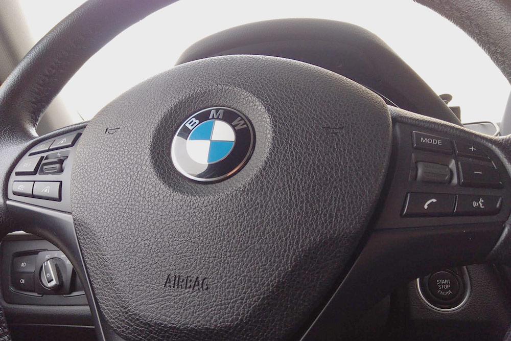 Базовый руль с максимальными кнопками. В штатном варианте слева была только кнопка ограничения скорости и качелька дляуправления им