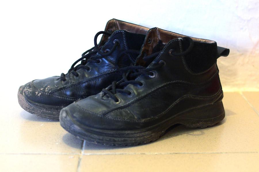 Зимние мужские ботинки, искусственно испачканы в центре Ижевска