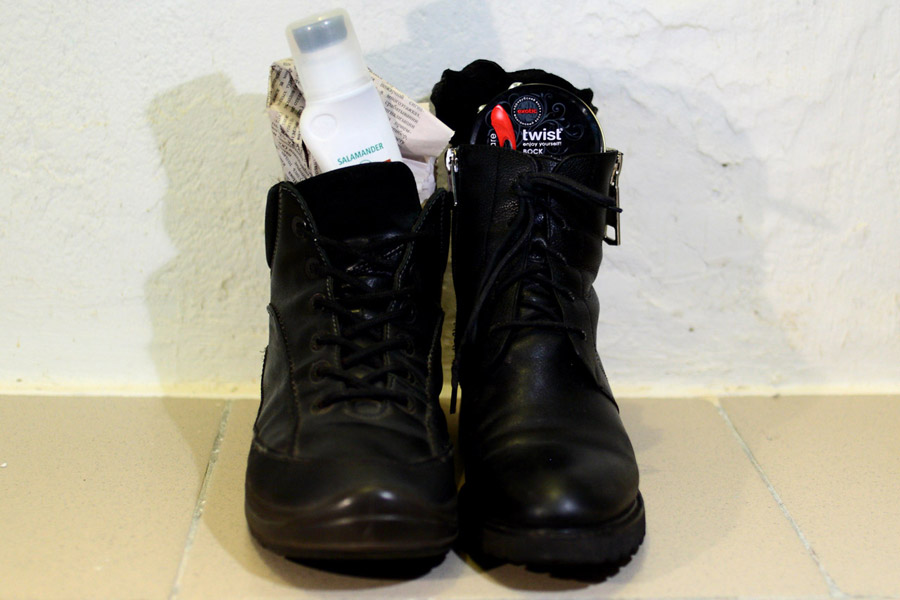 За час работы — две пары ухоженных ботинок