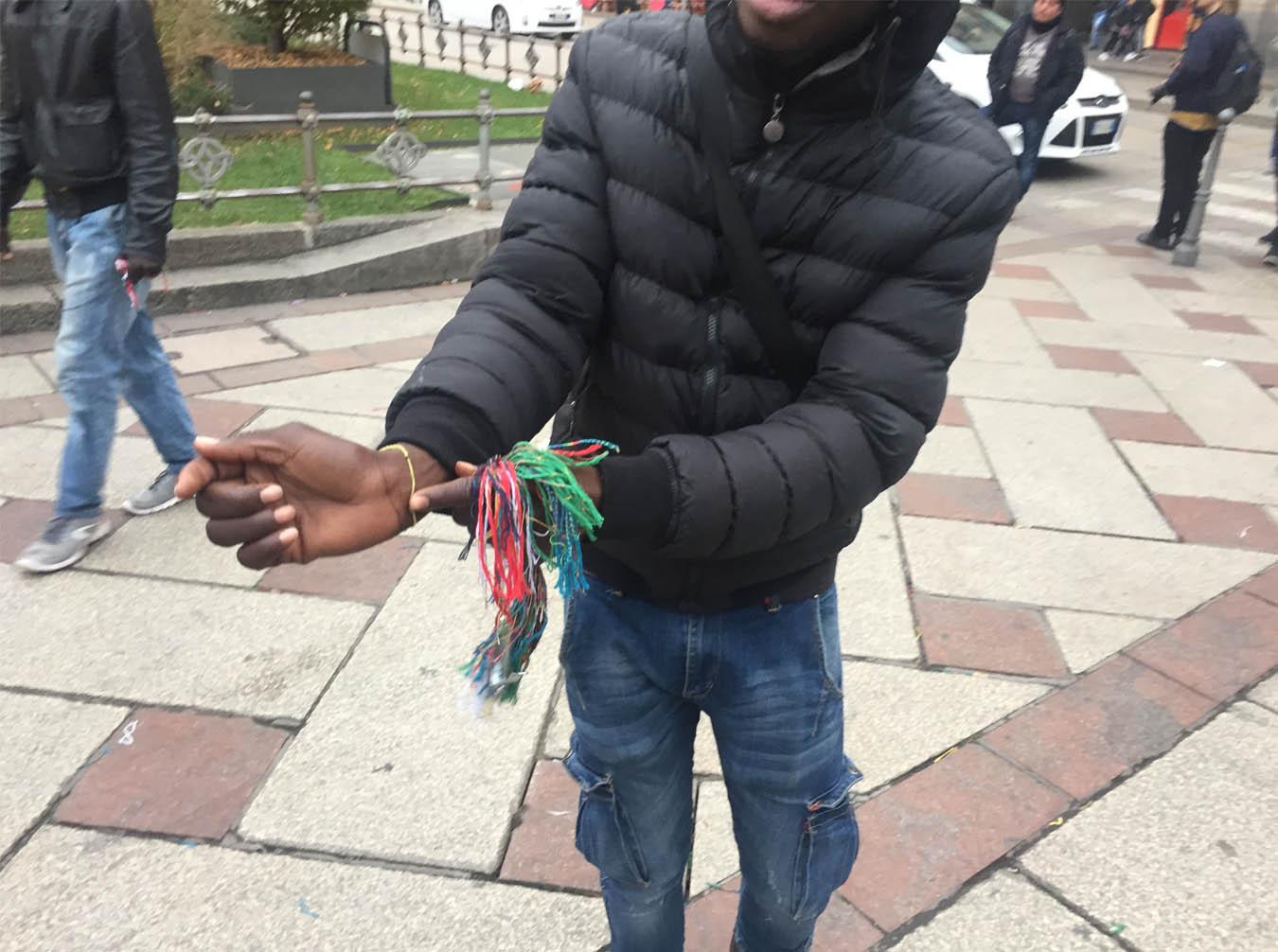 В Милане на площади у Дуомо дельцы раздают браслеты из ниток. Сначала браслет повяжут на руку, а потом не отвяжутся, пока не дадите денег
