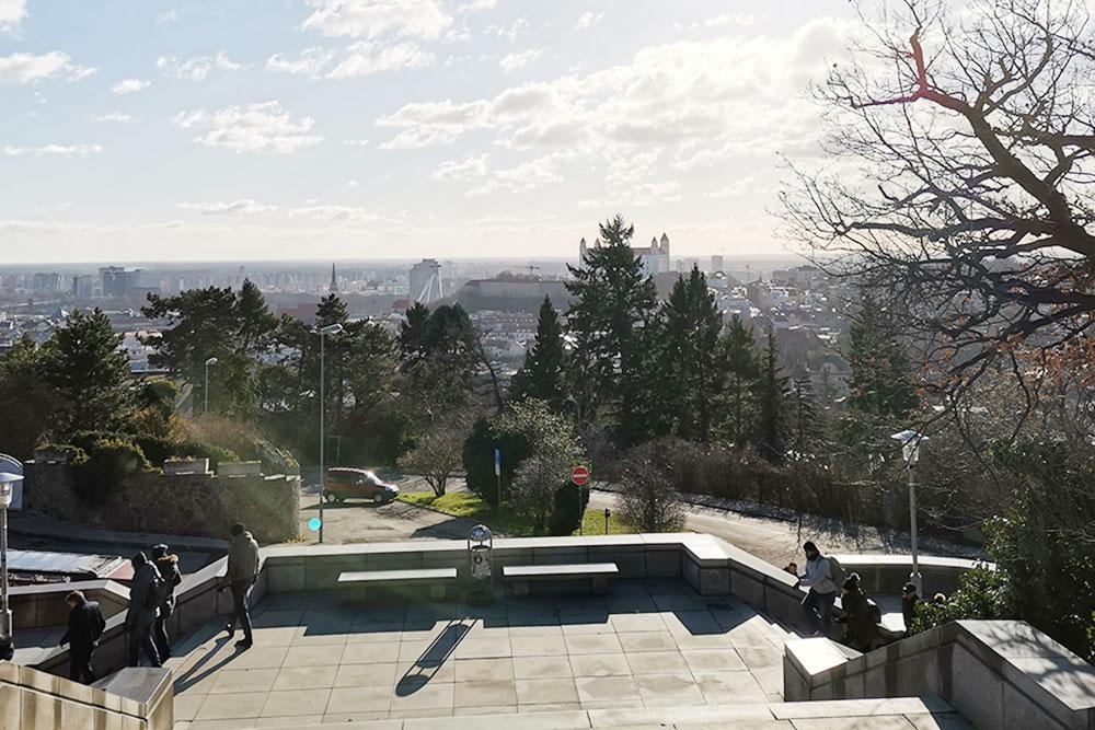 Мемориал Славин хорош видами на город: ветряные мельницы, красные крыши старинных домов и необычные крыши новостроек. Именно отсюда можно увидеть город как на ладони