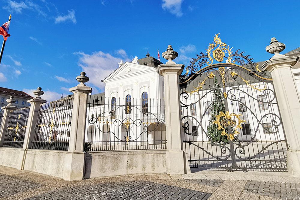 Фасад дворца Грашшалковичей. В 18 веке здесь давал концерты известный австрийский композитор Йозеф Гайдн