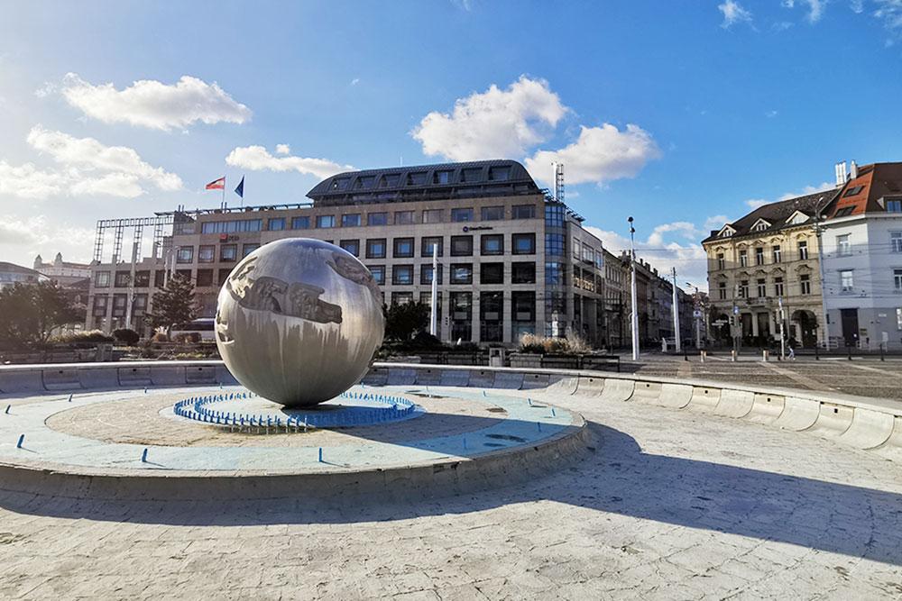 Безводный зимний фонтан «Земля — планета мира». Его построили намного позже дворца, в 1982году