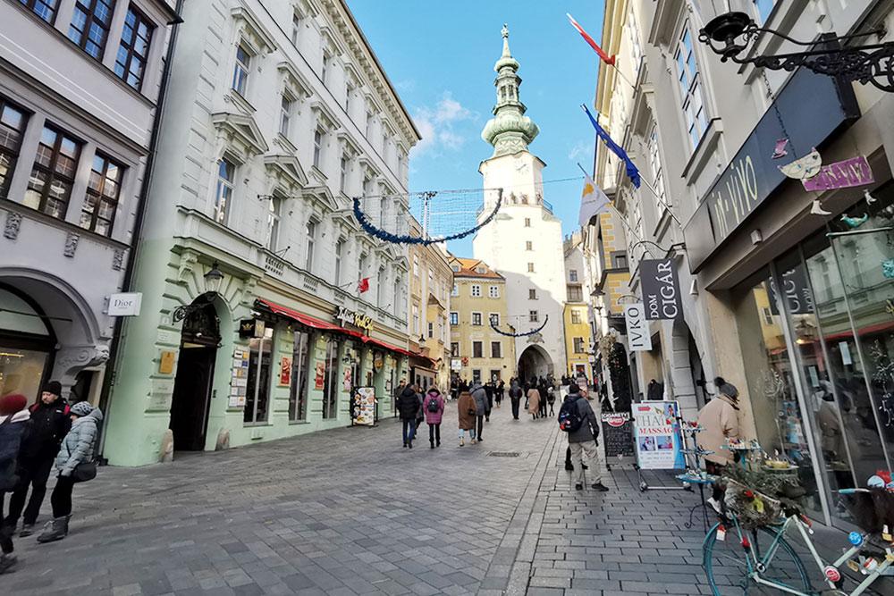 Вид на Михайловские ворота из Старого города. Высота башни — 51 метр. Ее вершина украшена статуей архангела Михаила