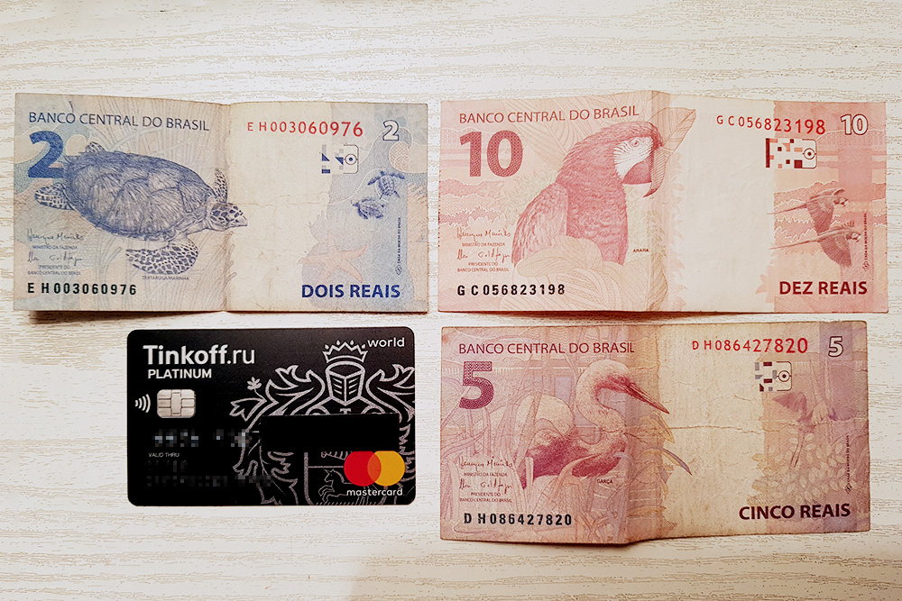 На бразильских банкнотах изображены животные: 2 R$ — черепаха, 5 R$ — цапля, 10 R$ — попугай ара