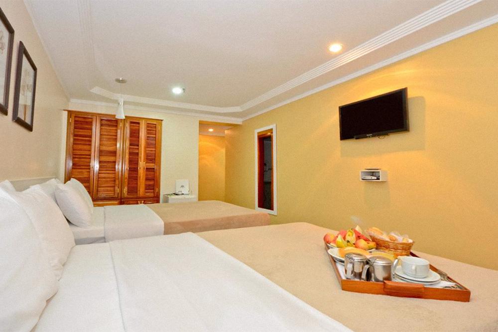Трехместный делюкс, в который нас заселили вместо стандартного двухместного номера в отеле Copacabana Sol Hotel в Рио-де-Жанейро. Фото: «Букинг»
