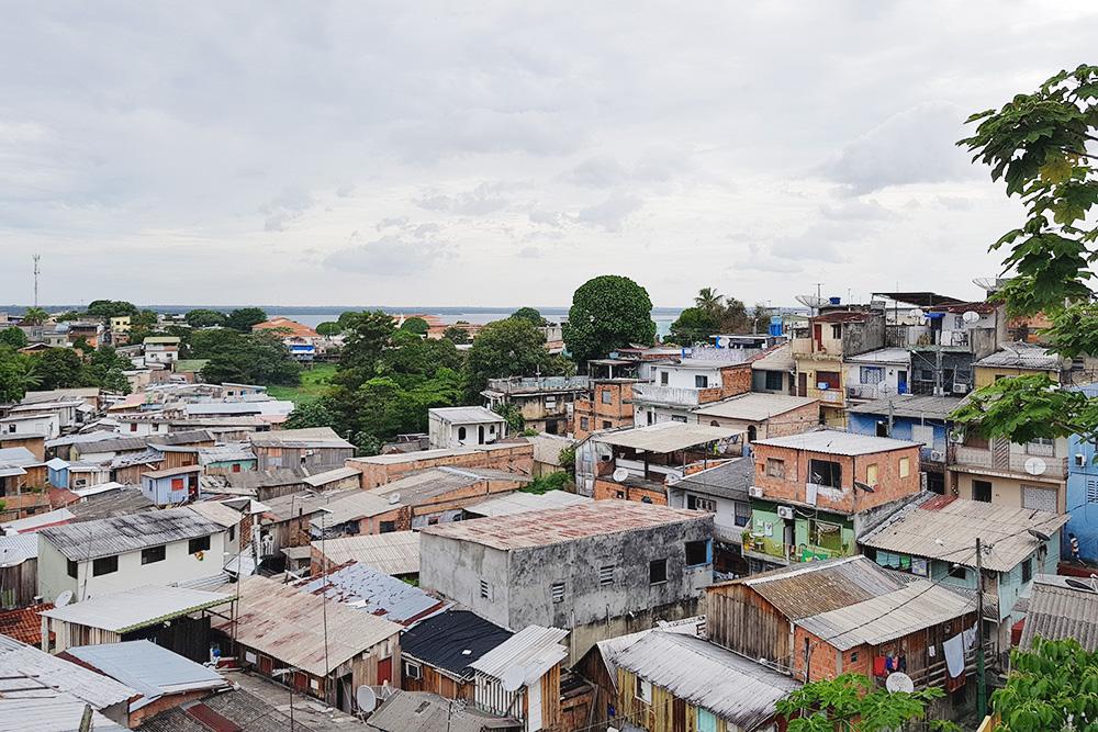 Вид на Манаус с балкона отеля Farol da Barra