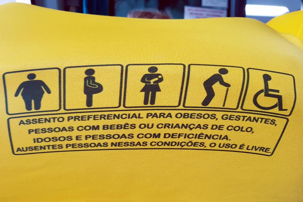 Специальные места длябеременных женщин, пассажиров с детьми, пожилых, инвалидов и полных людей в междугороднем автобусе