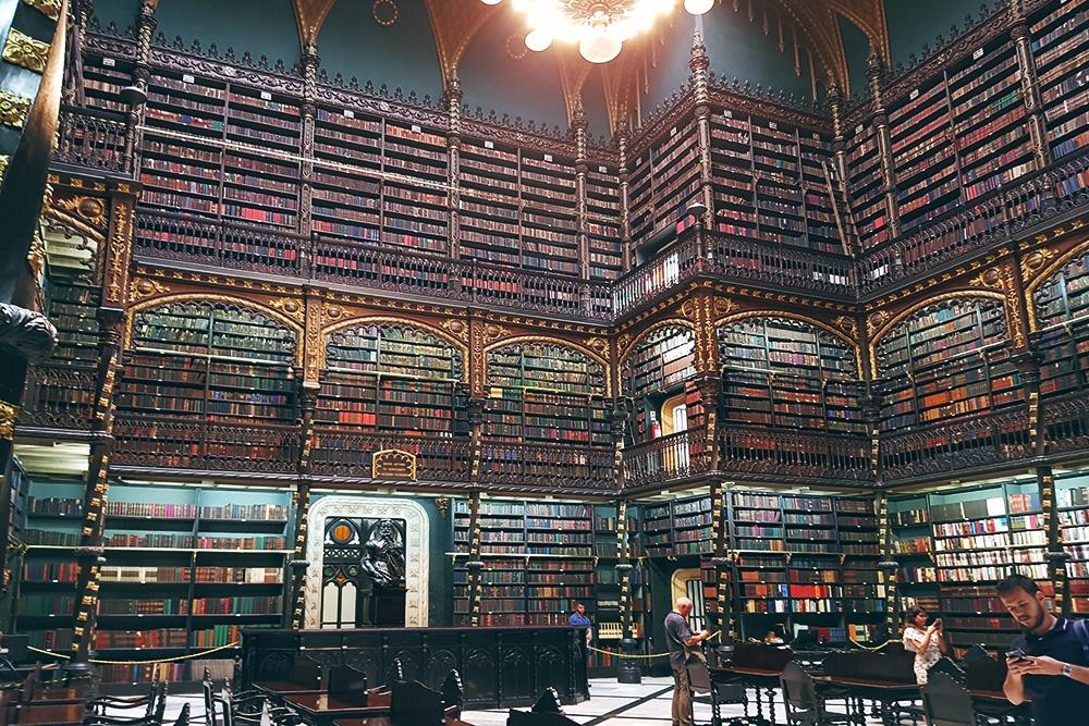 Португальская королевская библиотека бесплатна для посещения, достаточно записать своеимя и страну в журнал на входе