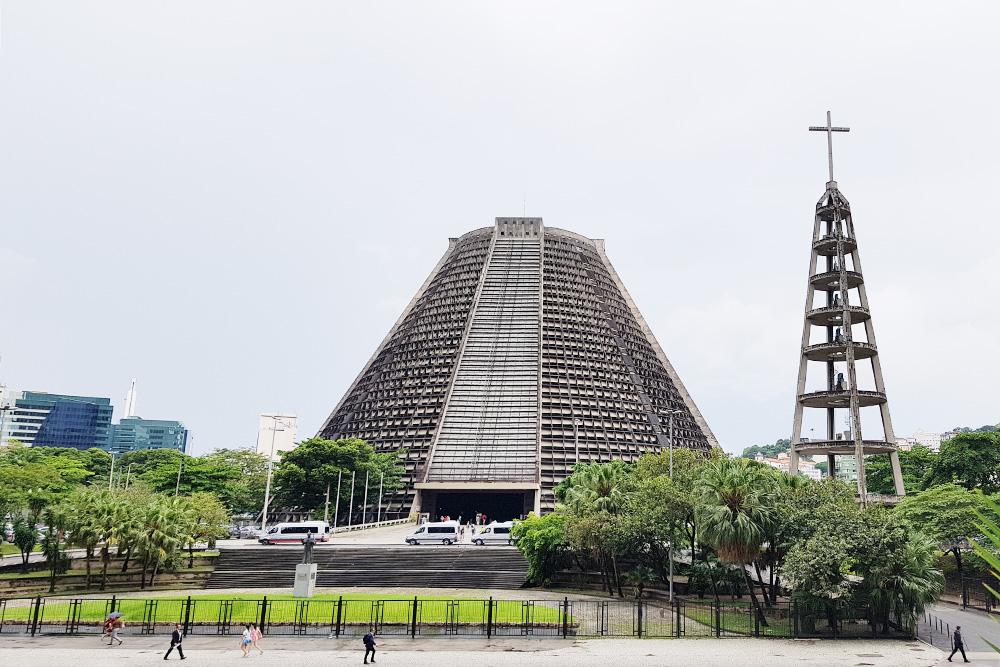 Кафедральный собор Святого Себастьяна снаружи выглядит как странная серая пирамида