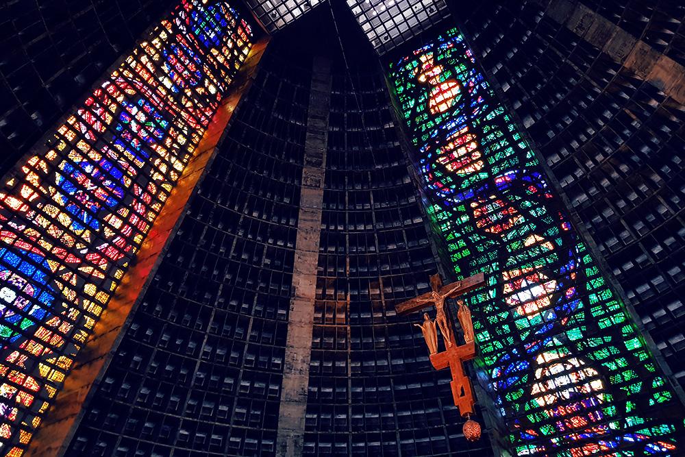 А внутри собора вот такие красивые витражи