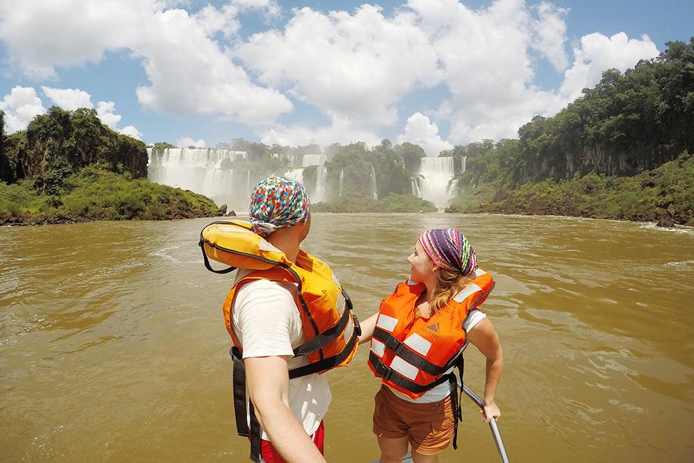 На аргентинской стороне мы взяли экскурсию на лодке: полюбовались водопадами снизу и испытали на себе силу падающей воды. Экскурсия стоила примерно 1500<span class=ruble>Р</span>