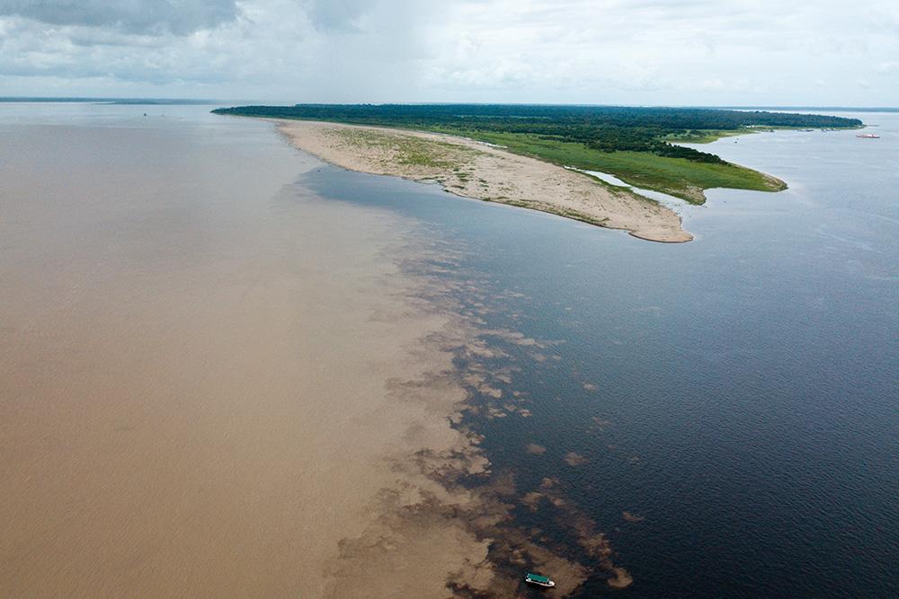 Вид с квадрокоптера на слияние рек Риу-Негро и Солимойнс