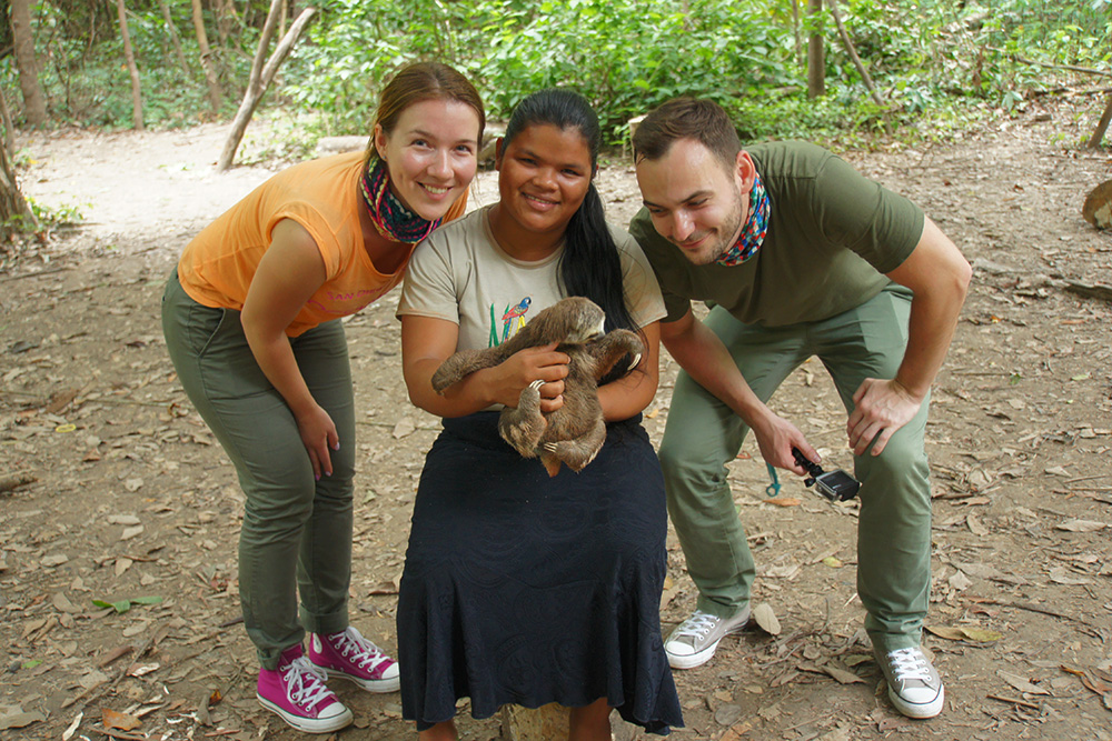 Индейская девочка с годовалым ленивцем
