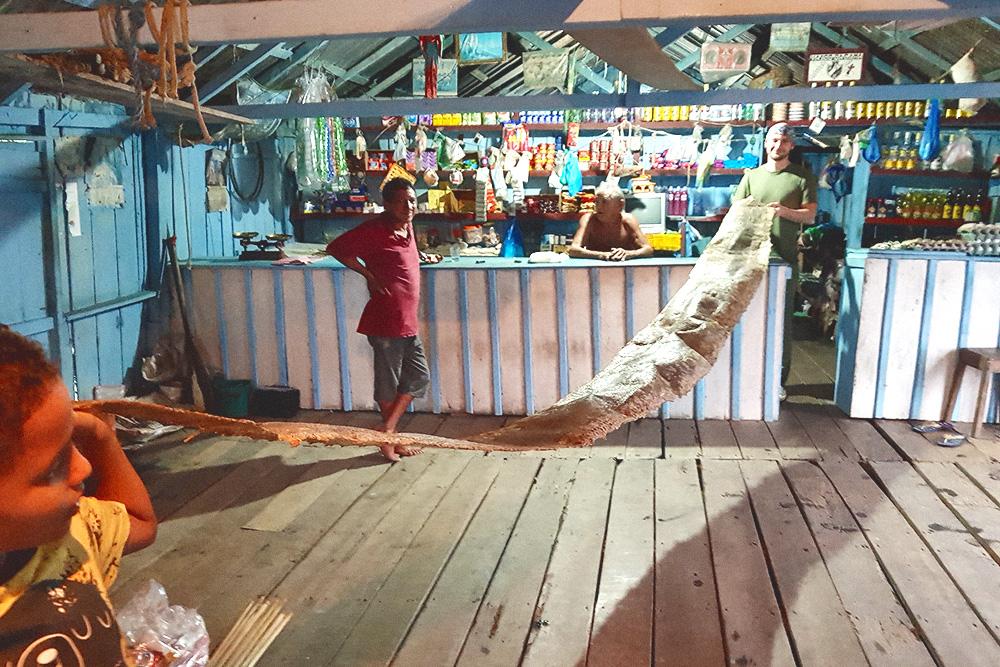 Шкура пятиметровой анаконды — трофей владельца плавучего магазина