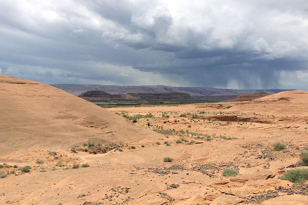Отойдя на пару сотен метров от поселения, оказываешься посреди пустыни