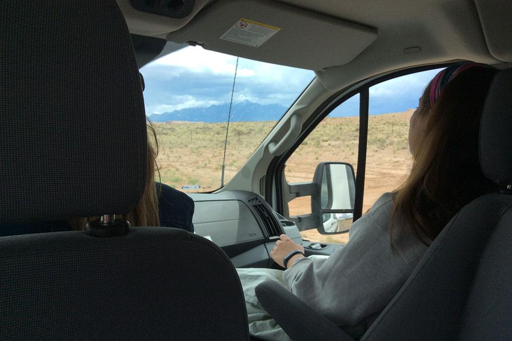На микроавтобусе работодатель забирает новеньких. Впереди 3 часа дороги по пустыне