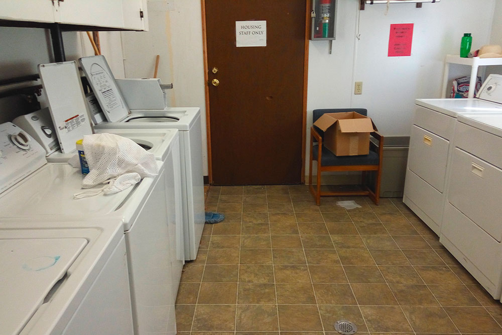 В Recreation Center — центре отдыха на территории общежития — установлены стиральные машинки. Часто многие из них не работают