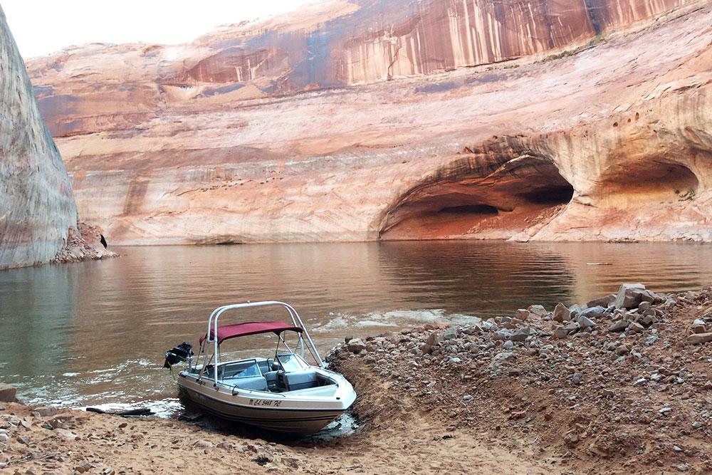 Такую лодку можно снять за 20$ и покататься по озеру