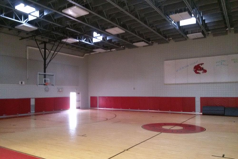 Школьный спортивный зал. Сюда ходят играть в баскетбол