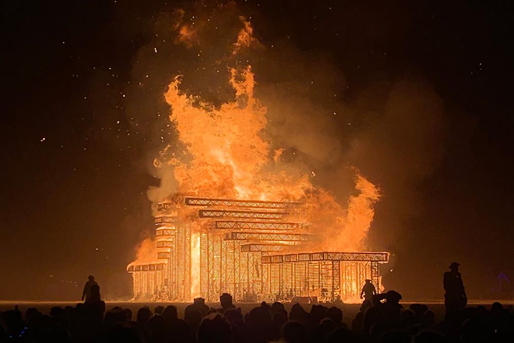 На фестивале следят за безопасностью. В 2017году в огонь забежал человек и погиб. После этого у горящих арт-объектов выставляют два кольца оцепления. Участники наблюдают за пожаром издалека