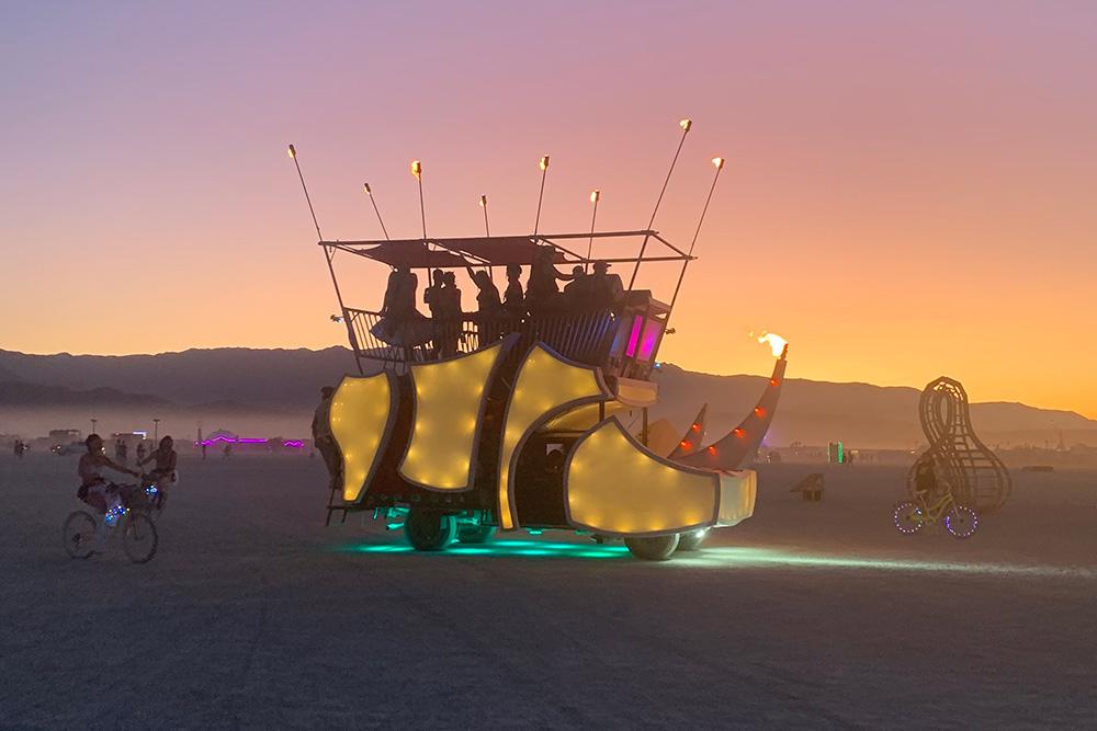 Арт-кар в виде носорога. Редко можно встретить машины одной и тойже формы