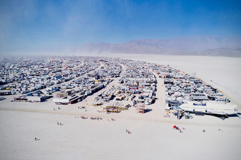 Так выглядят лагеря вблизи — ряды из палаток и домов на колесах. Фото: Will Roger / journal.burningman.org