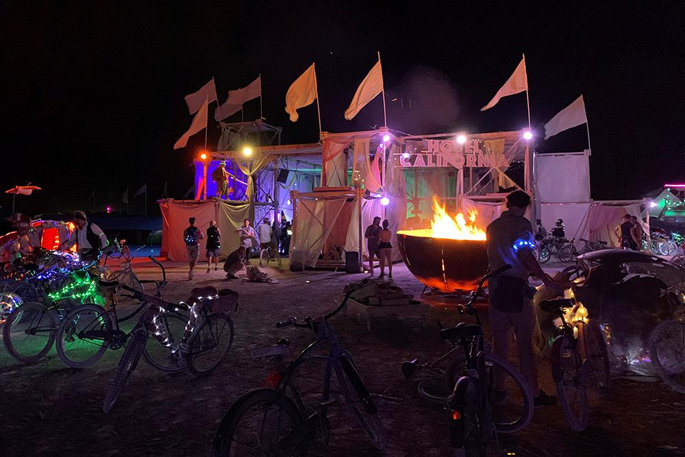 В лагере-отеле есть лаундж-зона, где играет диджей