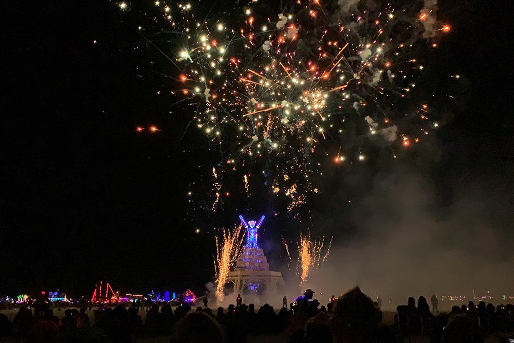 Перед сожжением статуи человека организаторы устраивают фаер-шоу изапускают фейерверки
