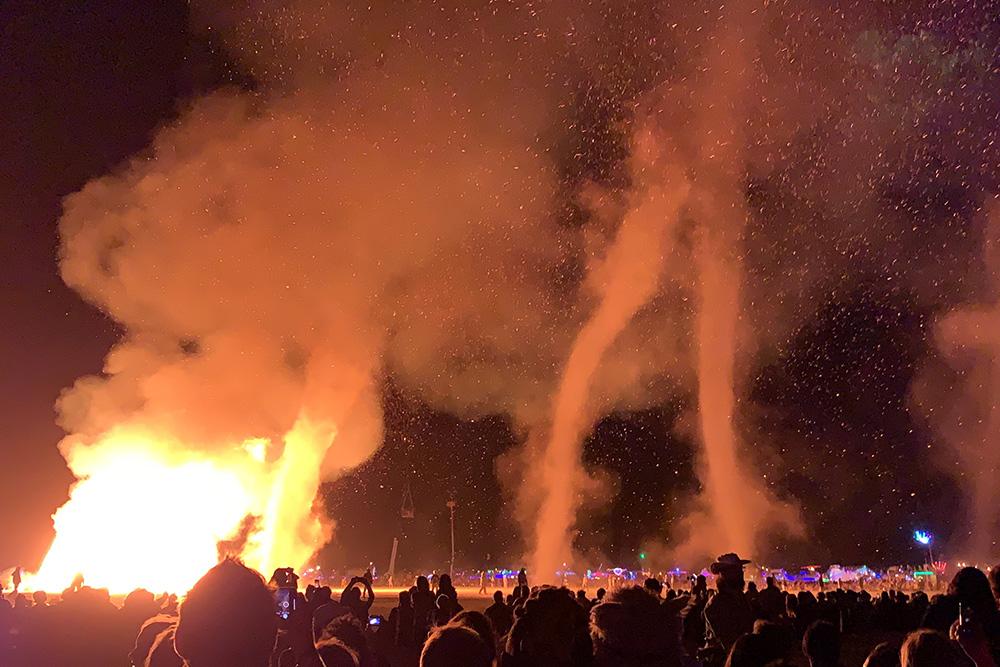 Когда горел деревянный человек, ввоздухе образовывались торнадо