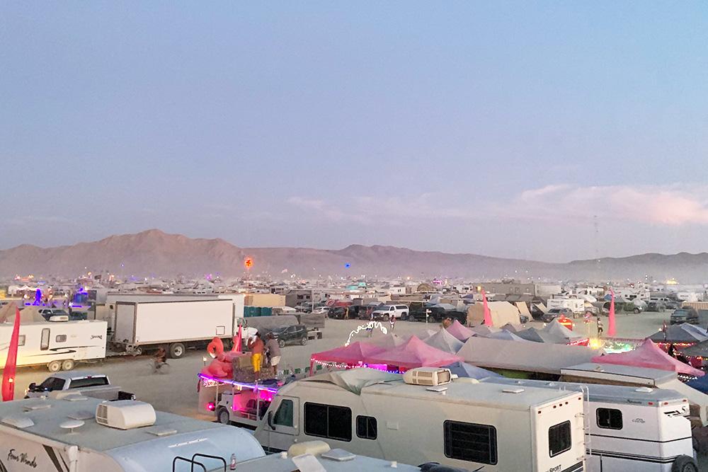 Лагерь выглядит как парковка домов наколесах спалатками вперемешку