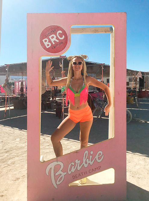 Оранжевые шорты Свете выдали в лагере Booty Dance за танец