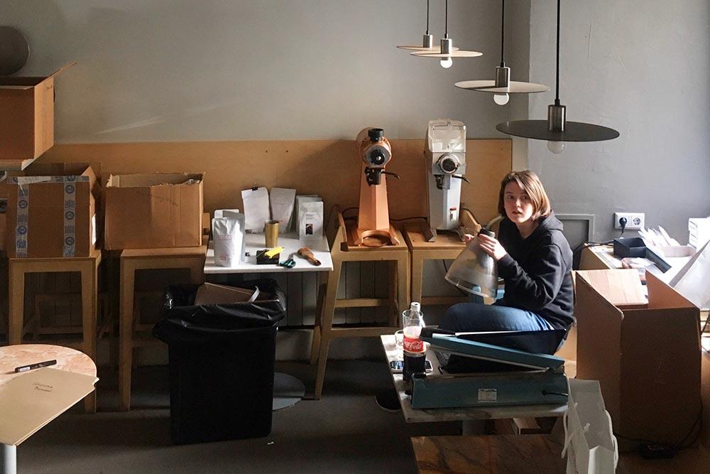 Например, кофейня «Кооператив черный» во время кризиса перешла на доставку. Теперь помещение они используют как офис: собирают и упаковывают кофе для интернет-магазина, готовят партии к отправке