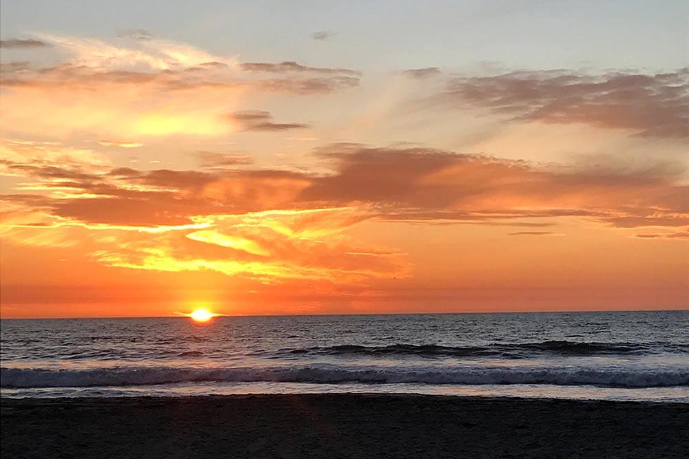 Пляж рядом снашим домом. Уменя вголове была красивая картинка, как язанимаюсь спортом напляже после родов, ножизнь икесарево внесли свои коррективы