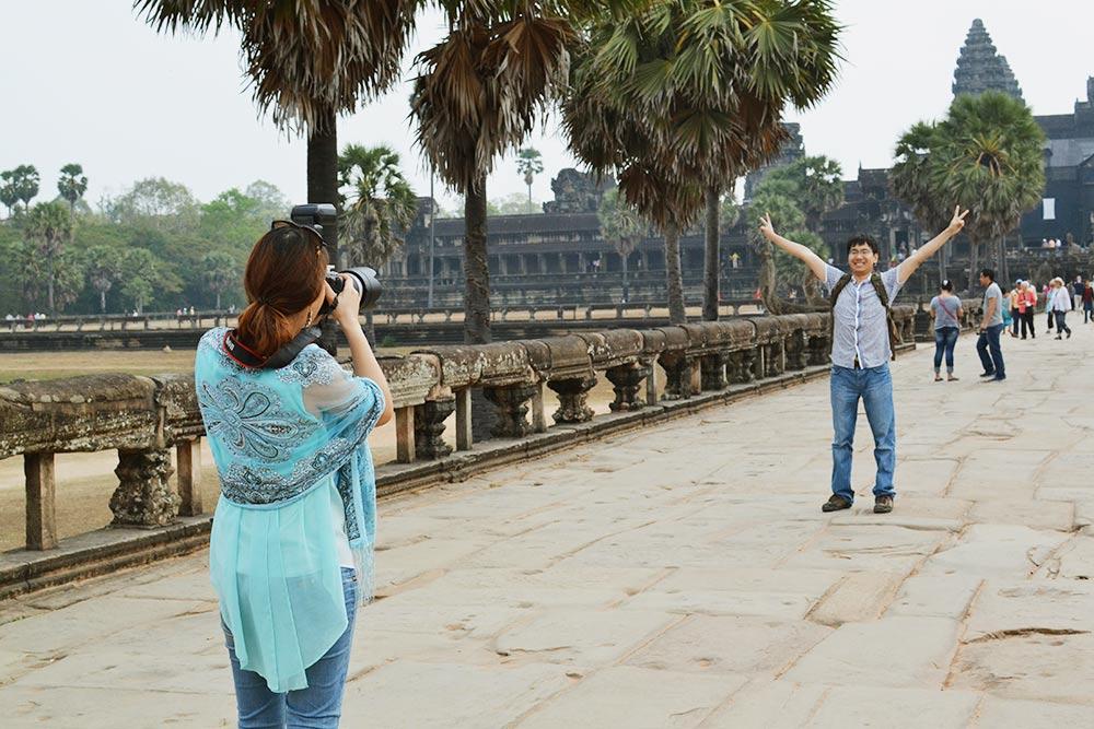 Все хотят сфотографироваться на фоне Ангкор-Вата, поэтому на мосту всегда много туристов