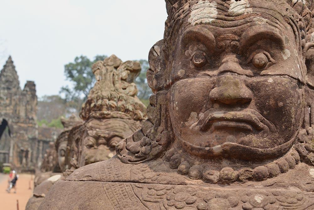 Вдоль дороги, ведущей к южным воротам Ангкор-Тхома, выстроились каменные стражники
